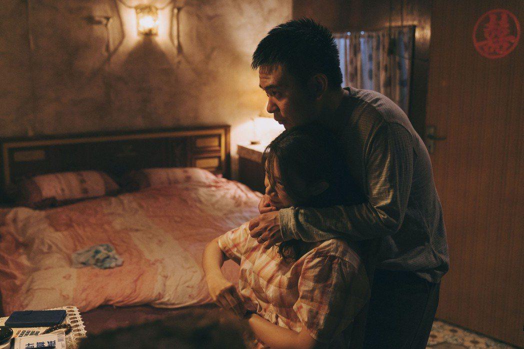 吳奕蓉(左)在新戲「我願意」中與楊大正首場戲就拍求歡橋段。圖/絡思本娛樂製作公司...