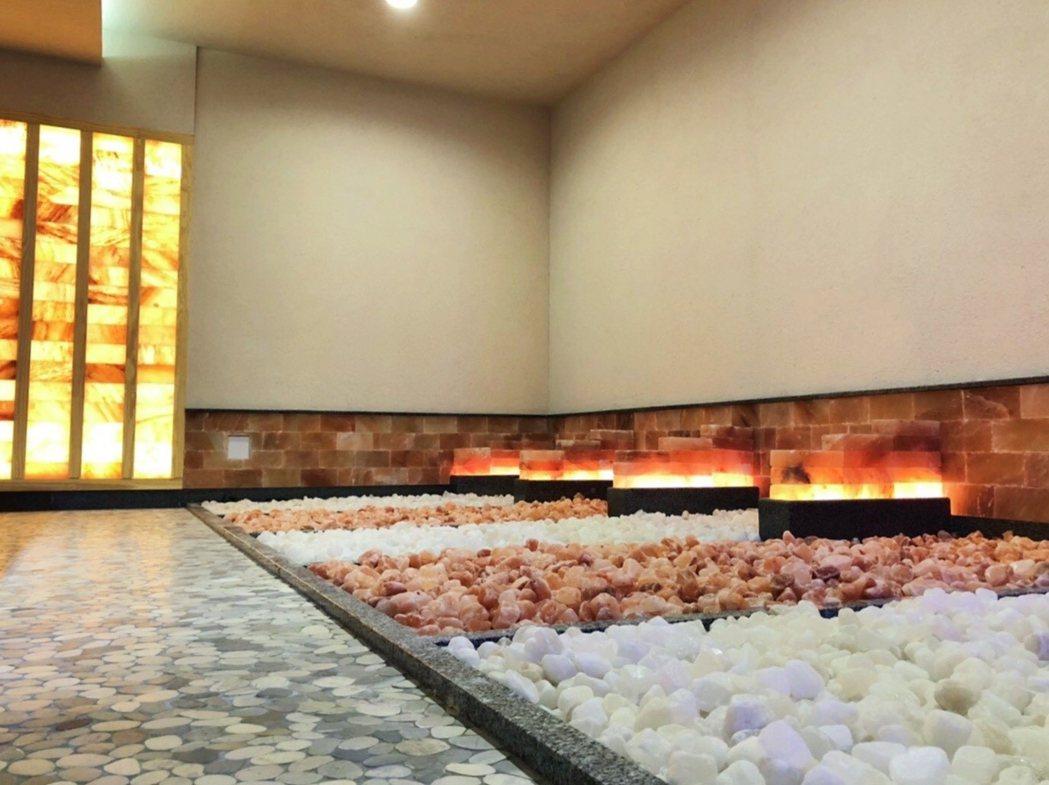 福湯岩盤浴設施包括赤岩、墨夜、鳳綠、潤竹芬蘭浴,以及映雪冷卻房,任君選擇。業者/...