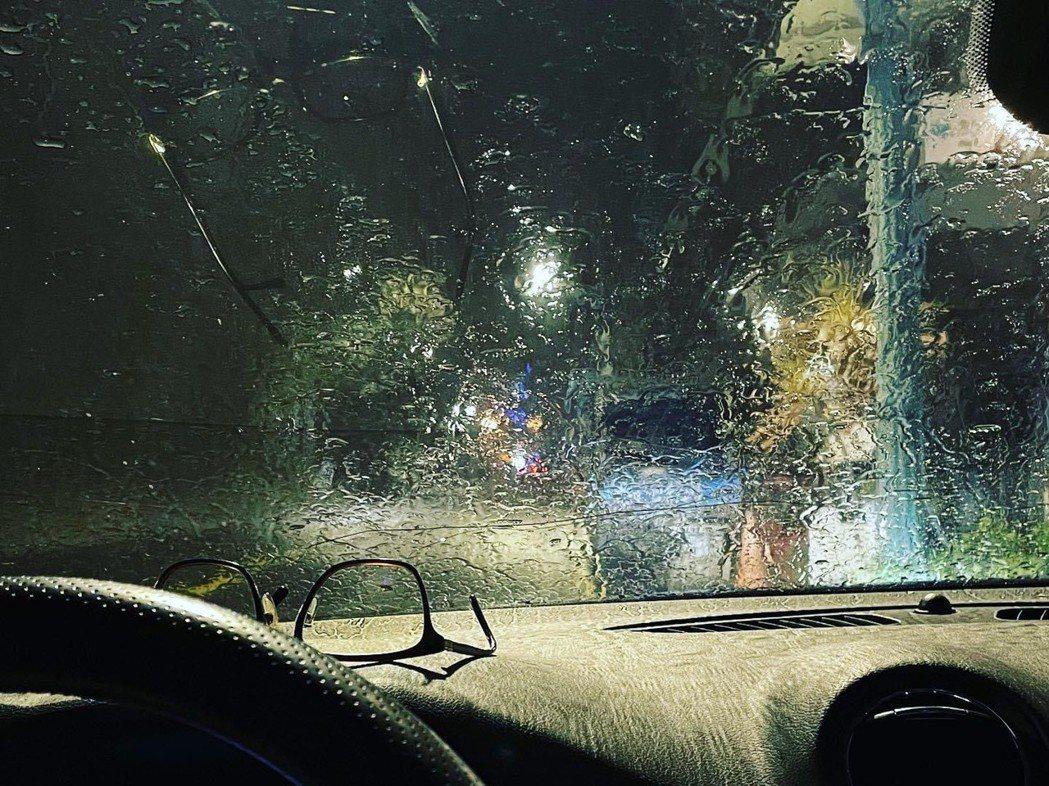 南投縣魚池鄉、日月潭等地降雨,居民開心從車內拍照記錄。圖/魚池鄉公所提供