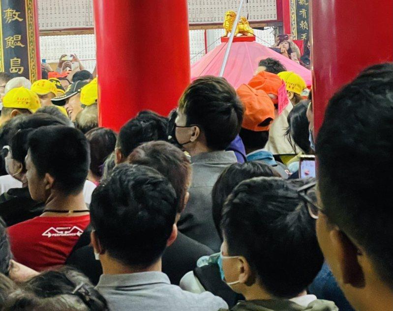 白沙屯媽祖昨(17日)晚上9點駐蹕彰化伸港福安宮,湧來上萬人潮前往參拜。圖/彰化縣議員賴清美提供