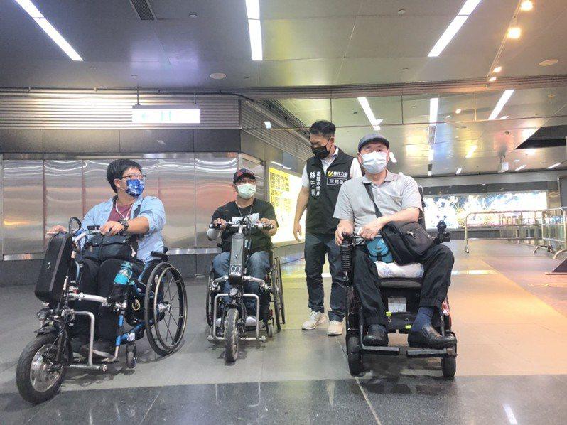 為改善月台間隙,高捷公司、高雄市捷運局、市議員林于凱偕身障者一同體檢,到美麗島站、左營站實勘,並交流意見。記者王慧瑛/攝影