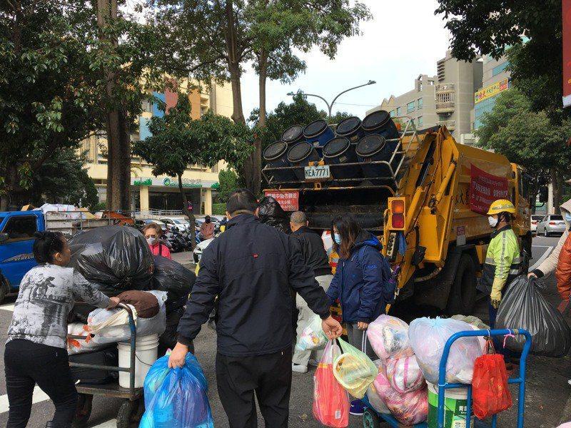 桃園市一天約有1300噸家用垃圾,居六都之首,環保局解釋各地民情和收運模式不同,向環保署申報垃圾量的基準點也不同,導致數字有落差。本報資料照片