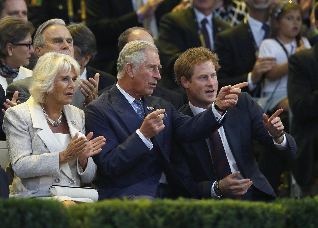 查爾斯王子(中)被傳有意趁兒子哈利(右)還在英國時找機會相處。圖/路透資料照片