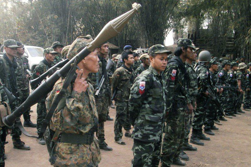 緬甸一些維權人士導引示威者前往少數民族叛軍據點受訓,學習應對軍政府暴力鎮壓的技能。圖為叛軍克倫民族聯盟游擊隊在基地內集合演習。美聯社