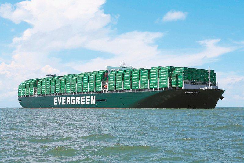 台灣海運業者看好產業榮景,長榮上個月就斥資逾27億美元進行造船計畫。圖為長榮大型貨櫃輪。(本報系資料庫)