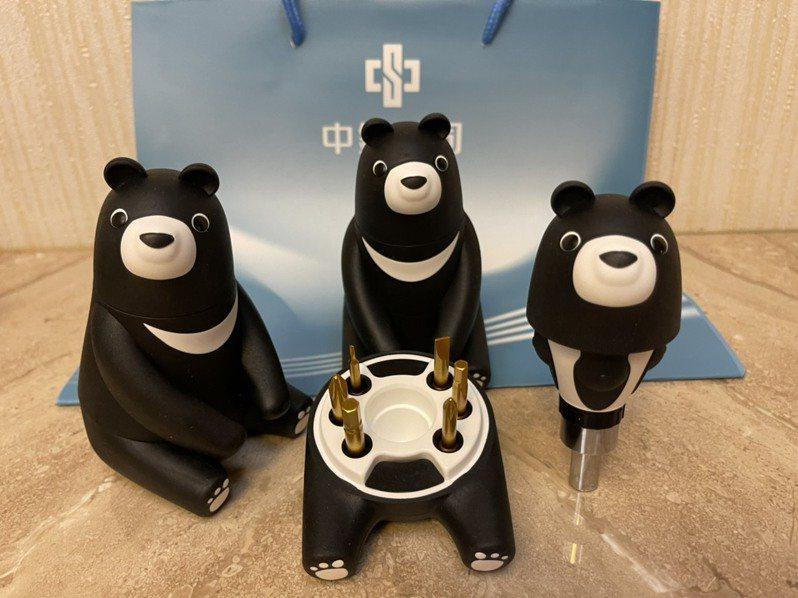 中鋼股東會紀念品「熊愛台灣」工具組,療癒又創意,被譽為近年最強。記者林政鋒/攝影