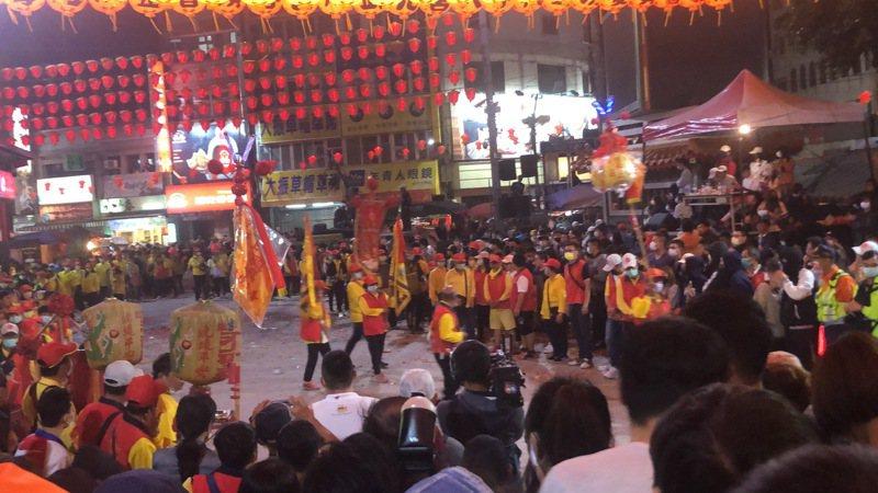 大甲鎮瀾宮越晚越熱鬧,陣頭在廣場接力演出,突然發生地震。記者陳秋雲/攝影