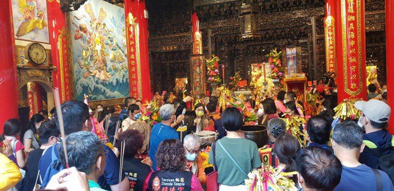 大甲媽祖昨天回鑾,鎮瀾宮內擠滿信徒。記者游振昇/攝影