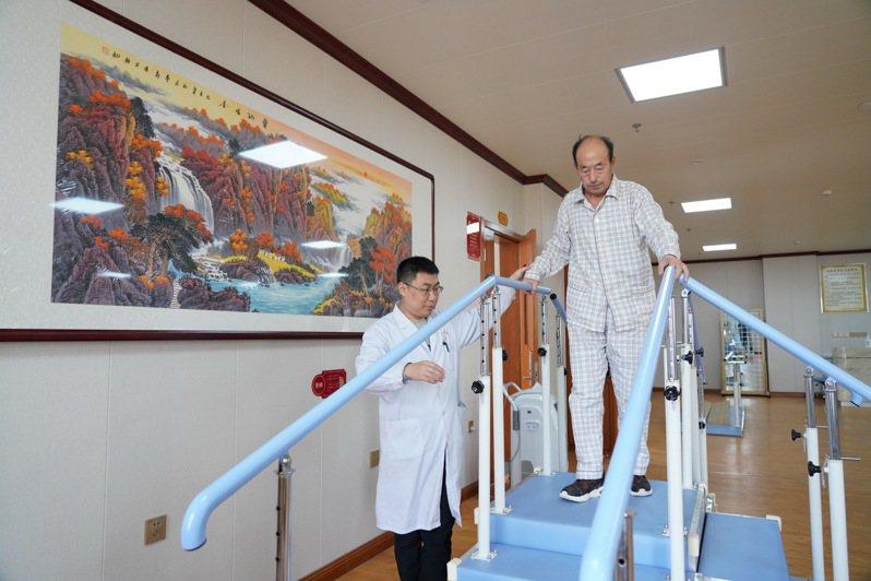 大陸近年來大力推動養老產業,提升養老服務水平。圖為河北省唐山市古冶區安馨醫療養老莊園的老人在做康復訓練。(新華社)