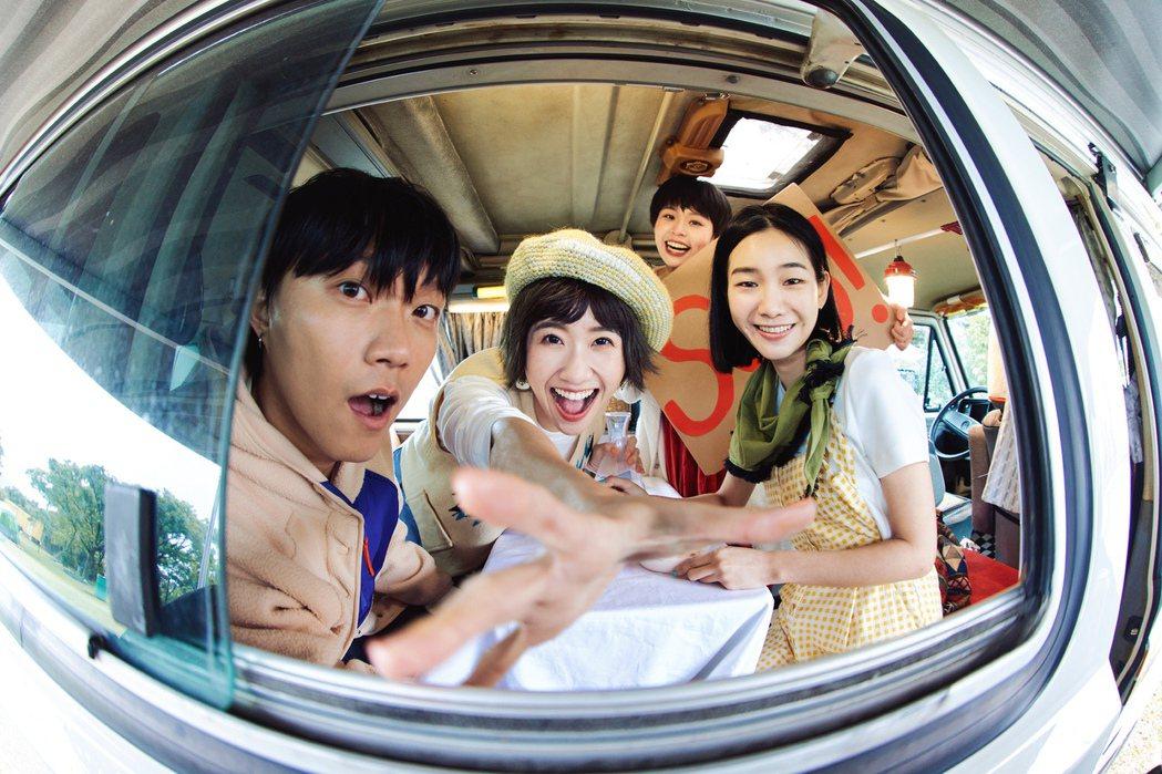 四枝筆樂團邀請Lulu黃路梓茵(左二)跨刀,她和團長Bibo(左)是大學同窗。圖
