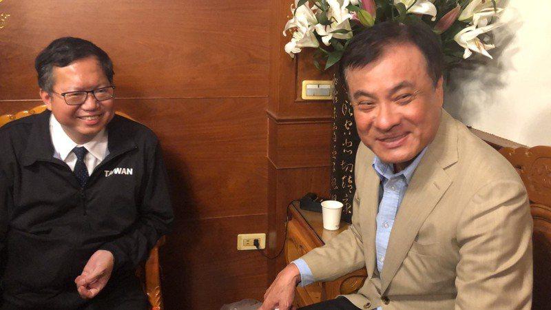 桃園市長鄭文燦(左)蘇嘉全今晚在鎮瀾宮不期而遇,參加大甲媽安座典禮。記者陳秋雲/攝影