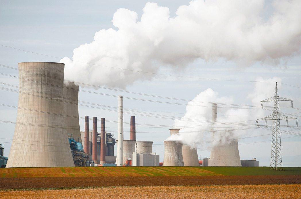 美國與中國大陸17日表示,雙方承諾將攜手對抗氣候變遷,設定更具雄心的減碳目標。(...