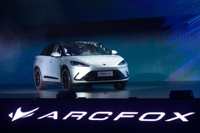 華為inside的第一部車亮相,與北汽新能源汽车共同打造的極狐阿爾法S華為HI版...