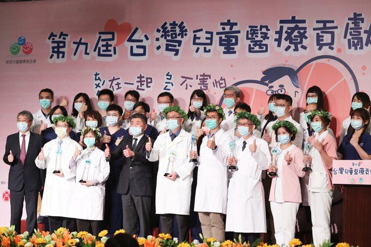 第九屆台灣兒童醫療貢獻獎昨頒獎,得獎者與衛福部長陳時中(前排左三)合影。記者葉信...