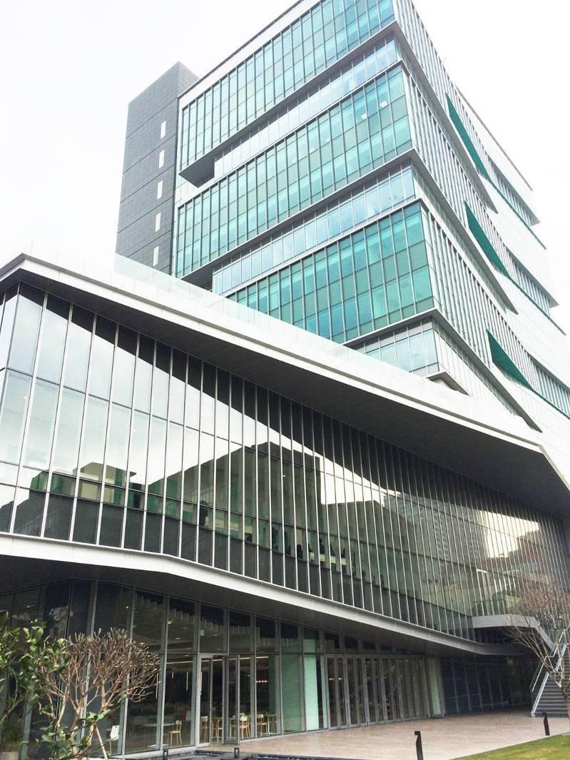 玉山希望大樓符合LEED黃金級綠建築及綠色機房,預計二○二七年玉山銀行國內自有大樓均將改建為綠建築。圖/玉山銀行提供
