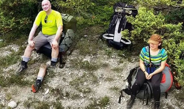 斷腿登山客面帶笑容看鏡頭。 圖/取自timesnownews