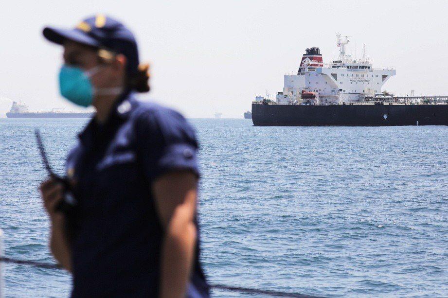 海岸防衛隊要負責保護海運系統,陸戰隊在濱岸地區由陸上及海上實施全領域作戰,海軍執行自由航行權行動,並承擔反恐、反武器擴散、打擊跨國犯罪、反海盜任務等。 圖/法新社