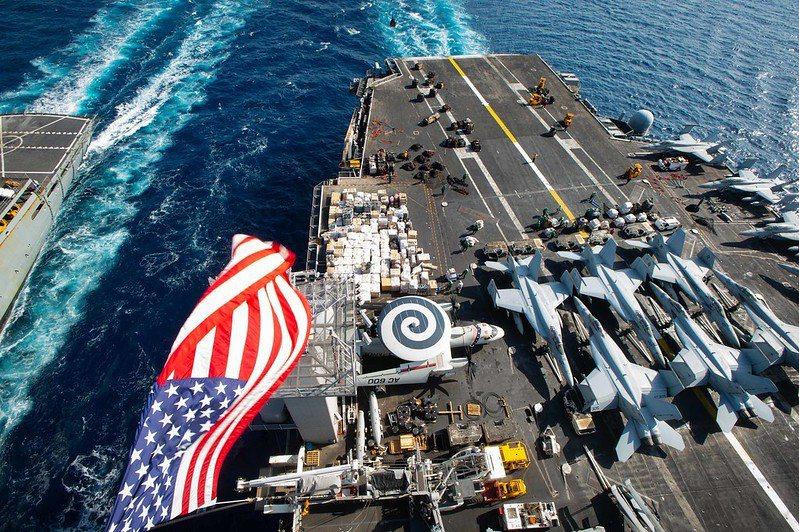 這兩份報告具備諸多特點,其中之一是將美軍最新發展的「全領域作戰」概念寫入海軍戰略中。圖為美國海軍艾森豪號航空母艦。 圖/美國海軍