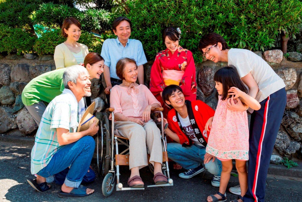 《照護人,有你真好》電影劇照。失智長輩與與家人參加社區活動情形。 圖/弘道基金會...
