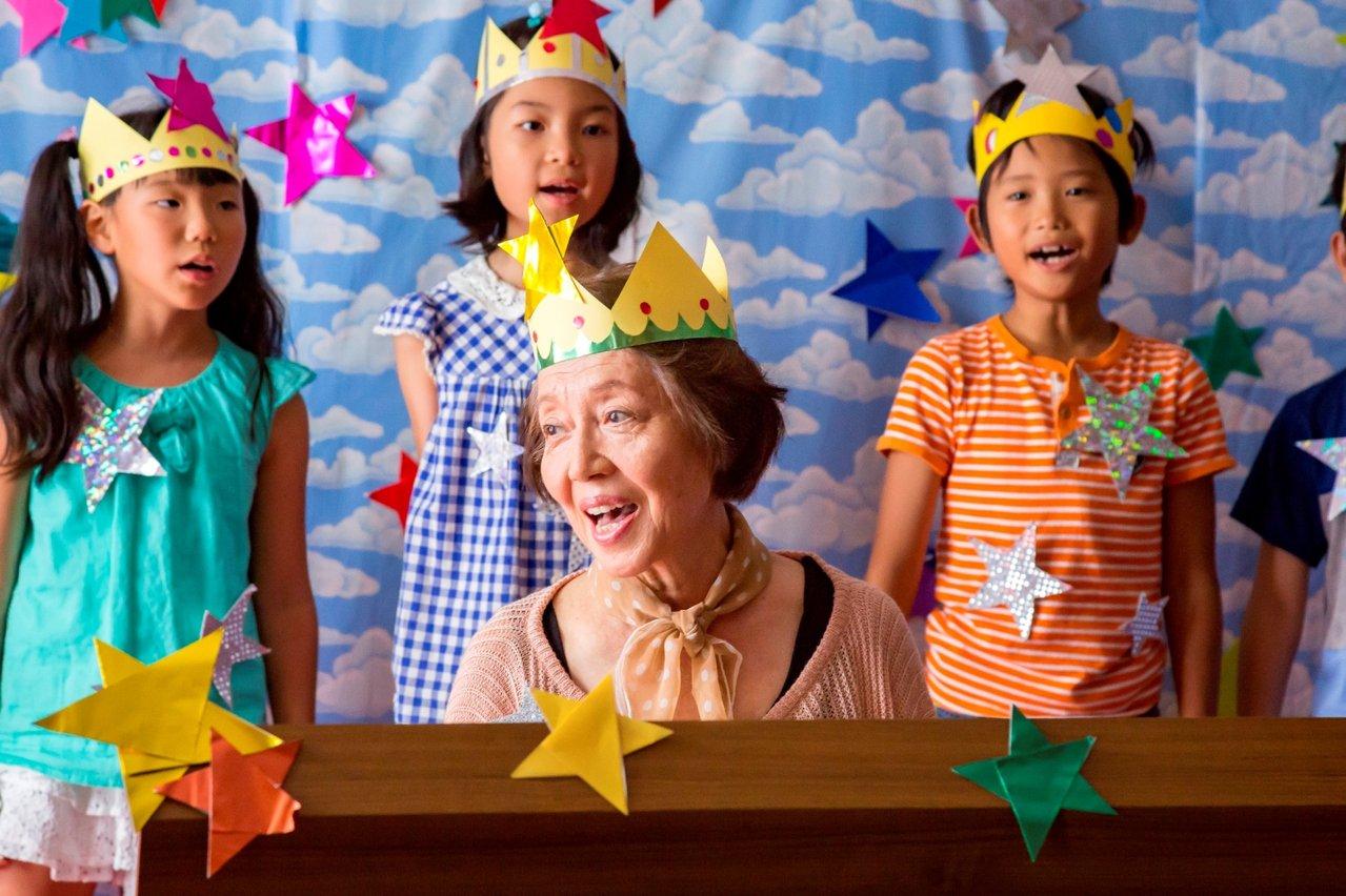 《照護人,有你真好》電影劇照。在照顧員的鼓勵下,失智奶奶重拾鋼琴記憶。  圖/...