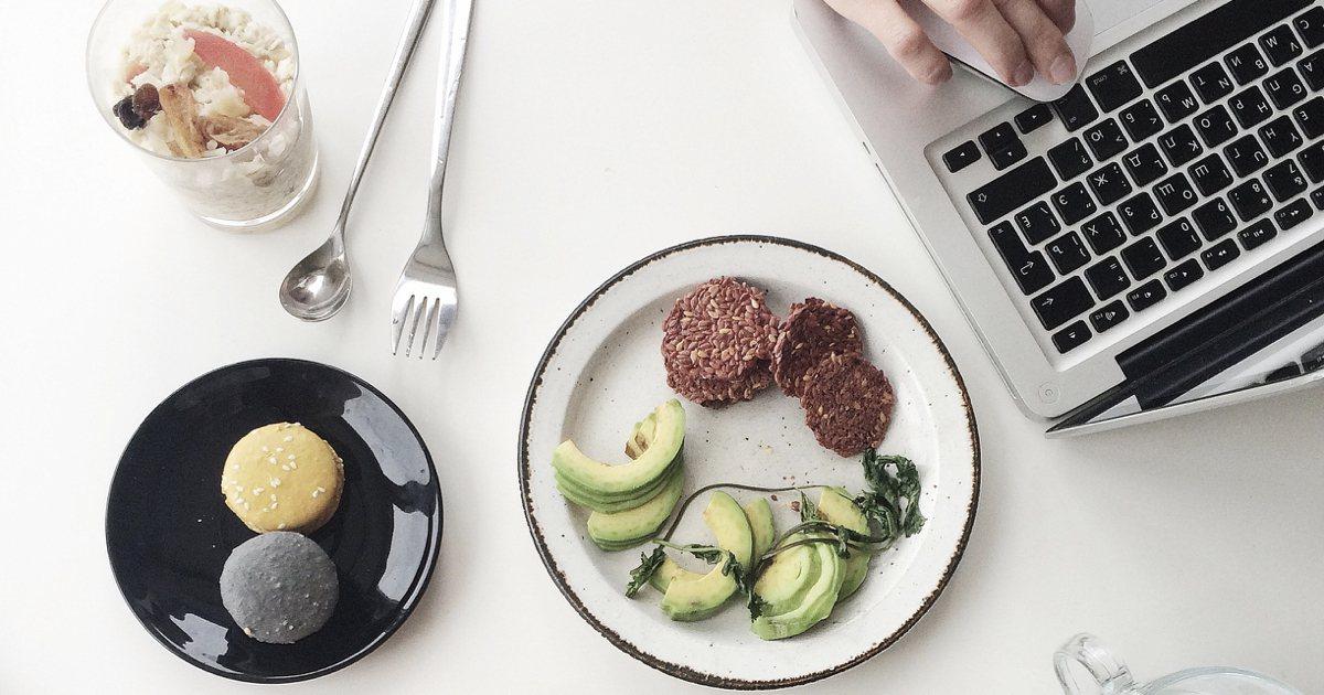 吃飯時切勿心不在焉,要專心、細嚼慢嚥,每一口咀嚼20~30下,或用正念飲食法去感...