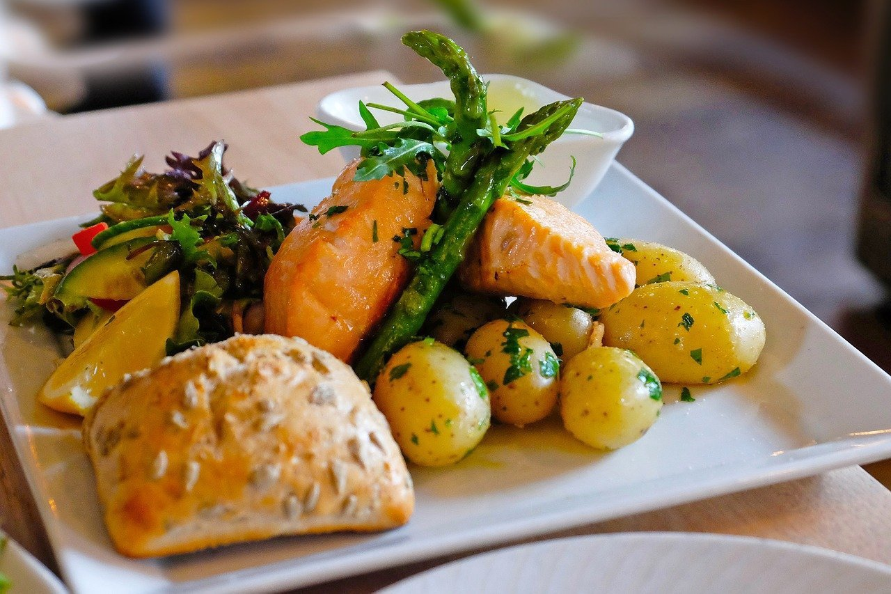 建議民眾多選擇「在地的原型食物」,也可避免加工製作過程中不必要的添加物,增加對身...