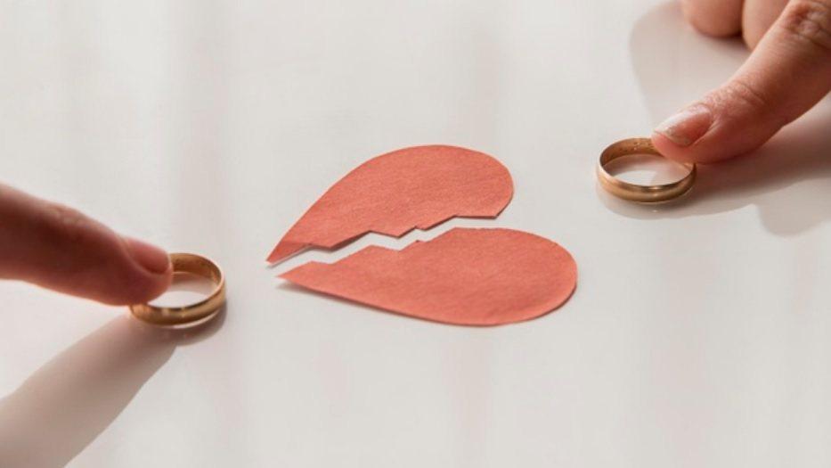 協議離婚最簡單,簽好離婚協議書找2位以上離婚證人簽名後一同到戶政事務所辦理離婚登...