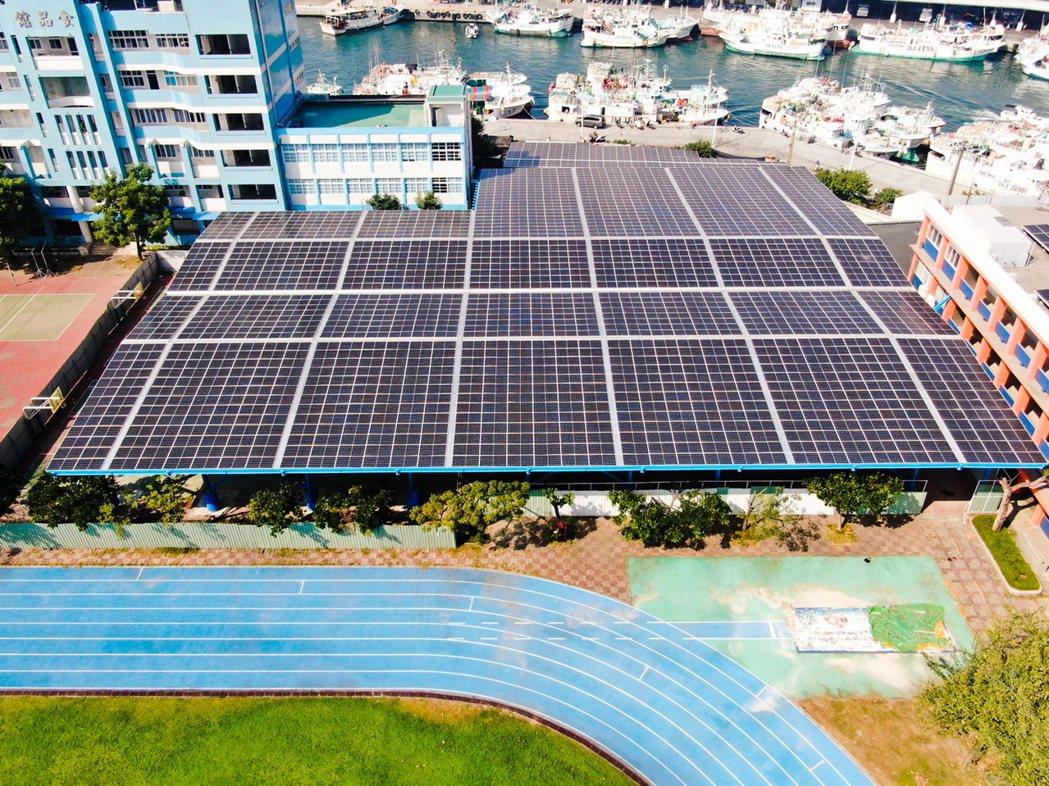 裕電能源於屏東東港海事高職打造全台首座「陽光球場」,光電板架高9公尺,建置佔地面...