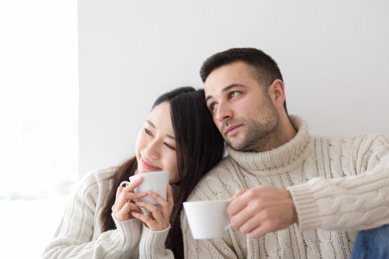 一名女網友發文爆料丈夫「每月偷轉600元」給外人,超暖心結局讓網友讚翻。示意圖/ingimage