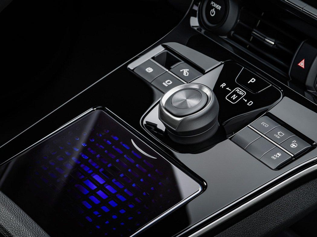 bZ4X排檔座也採用按鈕搭配旋鈕的混合設計。 圖/Toyota提供