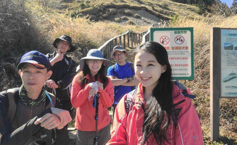 爬山時需要保持正確姿勢,才能享受登山樂趣。張念慈/攝影