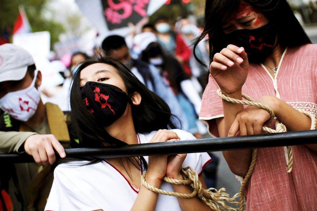「但正義是一視同仁的,歷史將會成為這些人的法官。」圖為華府街頭的緬甸僑民,為了聲...
