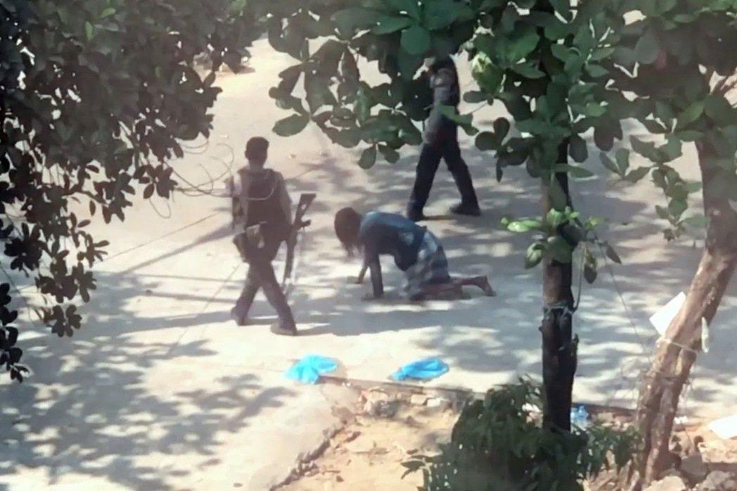 當受害者在自己面前苦苦哀求、無辜者在亂槍掃射後倒下之際,為什麼緬甸軍人都沒有閃過...