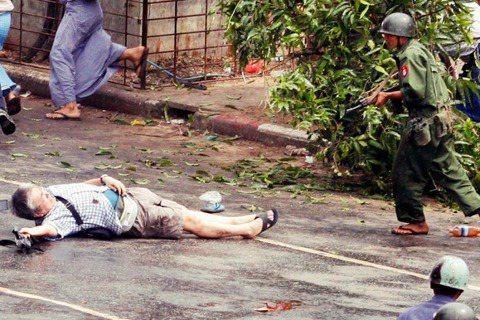 「軍隊濫殺無辜不是第一次,也不是最後一次。」圖為2007年緬甸反軍政府示威,日本...