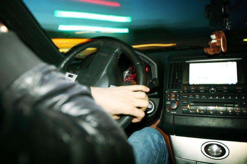 一名網友在網路上發文分享,自己最近開車時遇到的「溫馨靈異事件」。 示意圖/ingimage