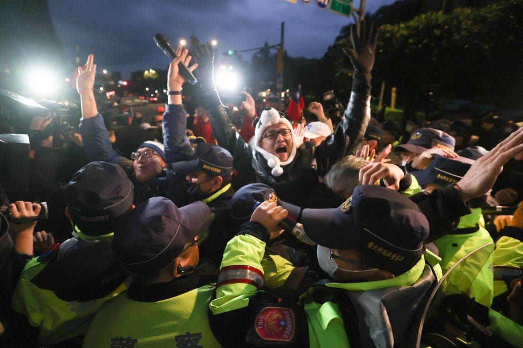 「順勢跌倒然後逮捕陳抗民眾」的技巧,在運動場上,我們知道叫做「假摔」。那在執法現場呢?示意圖,與本文所述之事件無關。 圖/聯合報系資料照