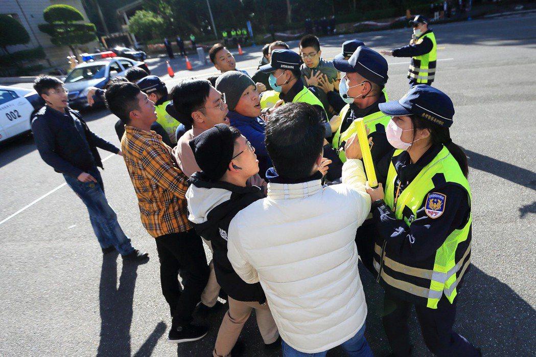 難保有朝一日,社會上的少數、弱勢族群面對多數暴力而走上街頭試圖爭取權利、為社會少數聲音發聲時,也會被警方「制止發聲」,甚至被警方優勢警力包圍後,還必須面對警方「假摔」後的逮捕。示意圖。 圖/NPA署長室