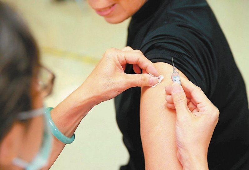 有民眾PO文指台中榮總有醫師騙病人打AZ疫苗,院方表示散布不實言論依法處理。照片為示意圖,人物與本文無關。 圖/聯合報系資料照片