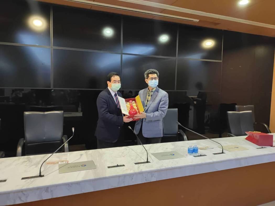金門縣黃怡凱副縣長(圖右)贈送紀念品,由朱曉龍總經理代表接受。  精聯保經/提供