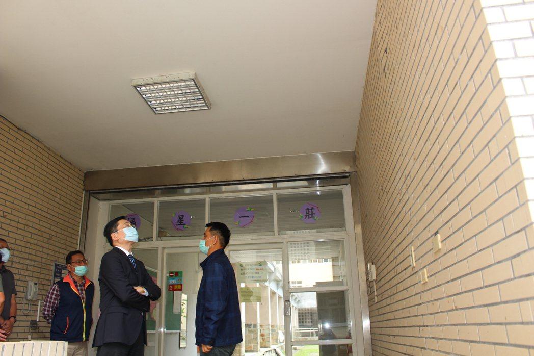 趙校長檢視磁磚凸起情況。 東華大學/提供。