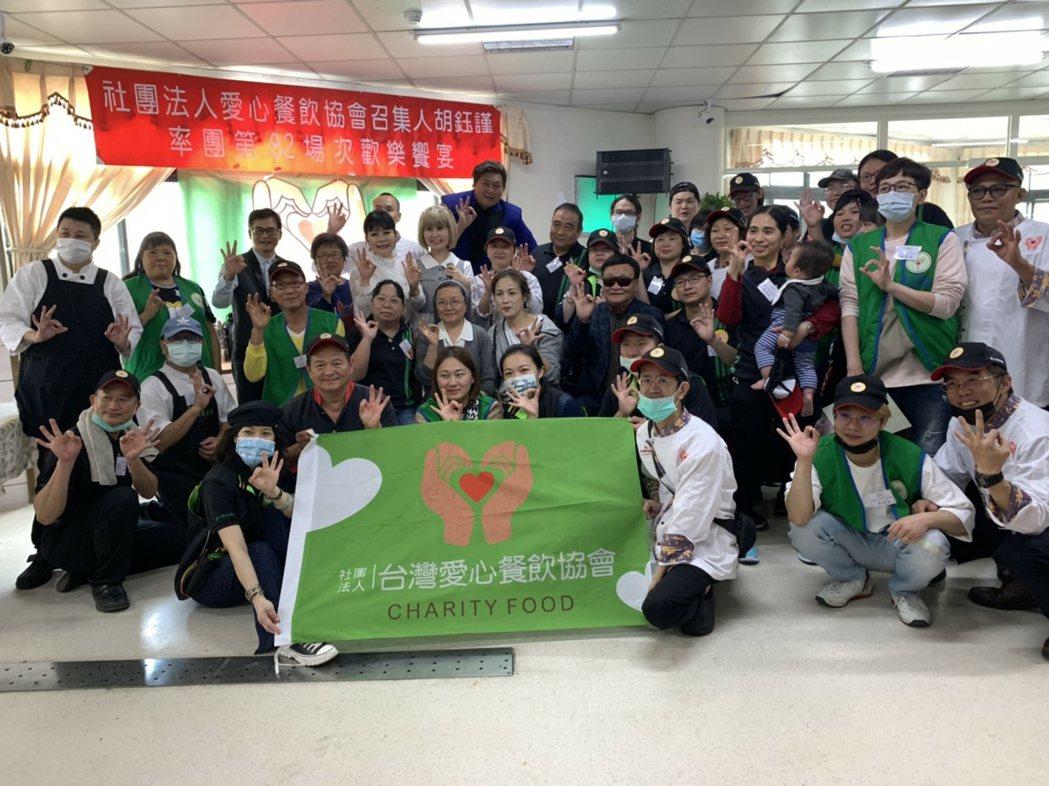 美國家禽蛋品出口協會代表與台灣愛心餐飲協會志工於「愛心義廚」活動合影。 美國家禽...