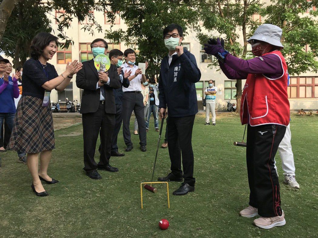 陳其邁市長與長輩體驗槌球之樂。輔英/提供。