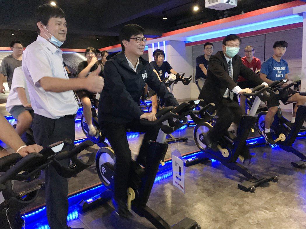 陳市長體驗騎飛輪。輔英/提供。