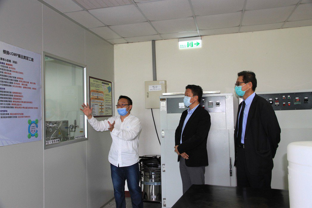 美兆集團丁平頤執行長(中)與朱大維總院長(右)參觀元培生技製藥系模擬製藥中心。 ...