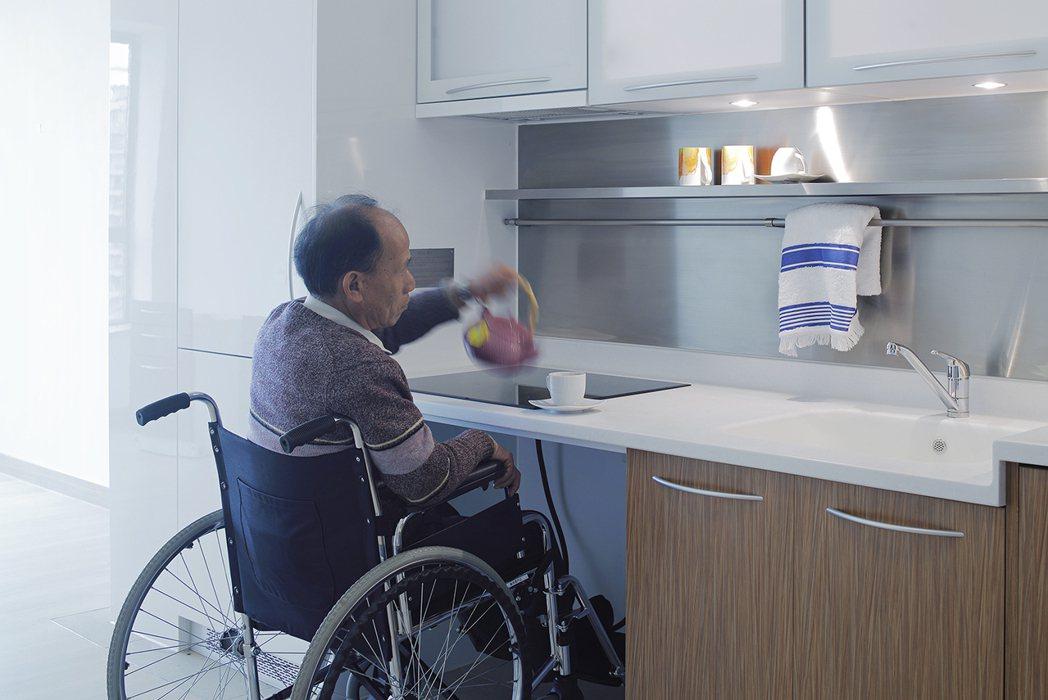 針對依輪椅使用者需求,RLP於健康養身宅內,設計可調整高度與寬度的傢俱設備。 呂...