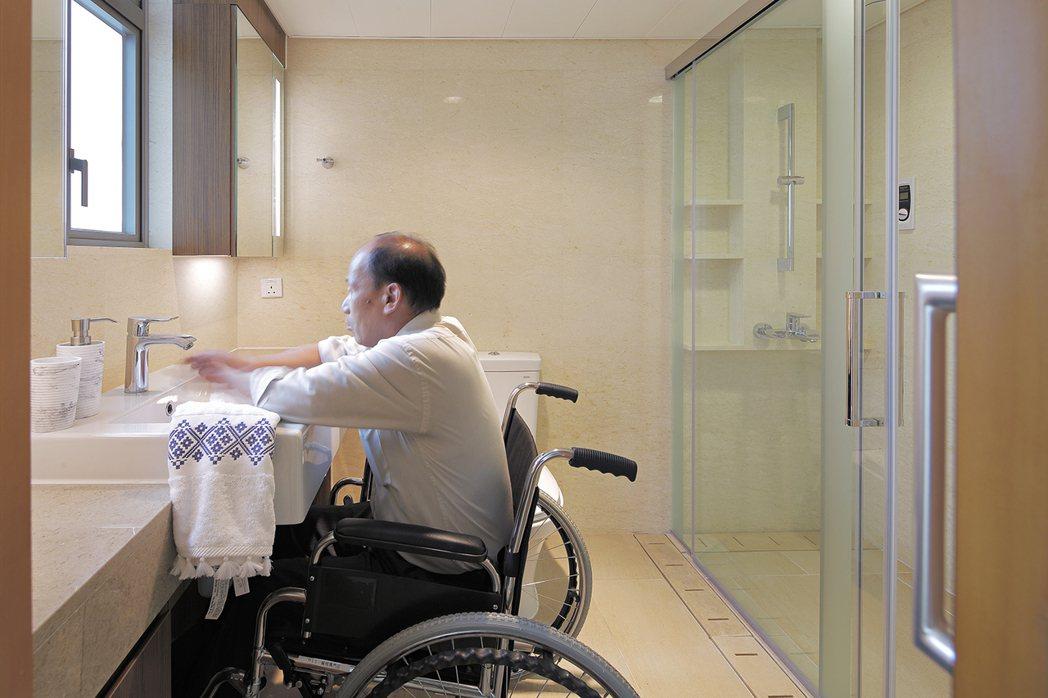 針對有輪椅需求的長者,RLP於健康養生宅內設計適宜高度的洗手台,提升生活便利性。...