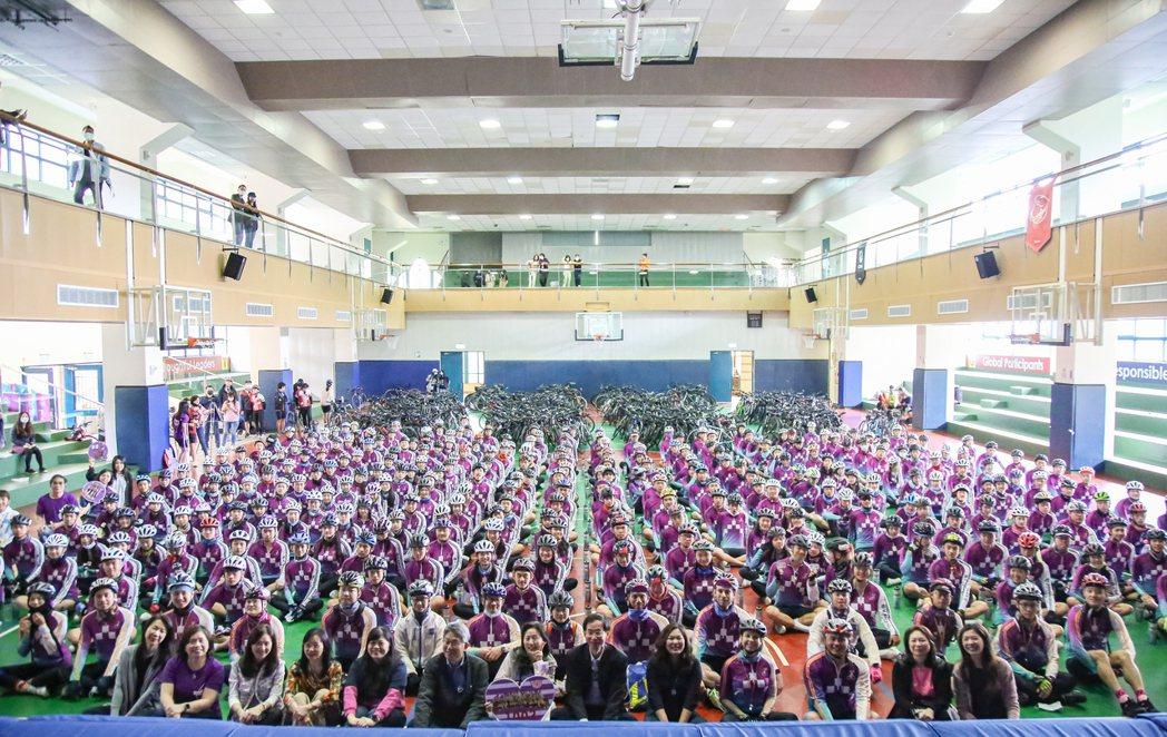 「築夢康橋 壯遊臺灣」288位十年級學生單車環台菁英大合照。