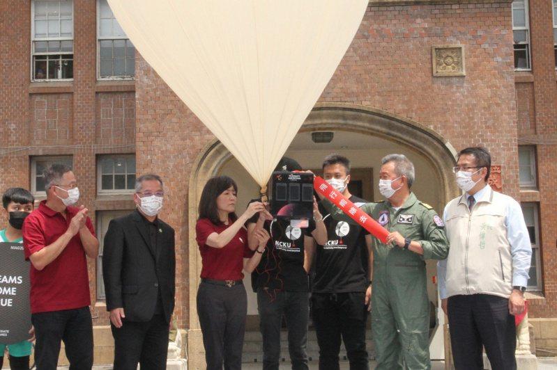國立成功大學19日舉辦110年全大運聖火升空典禮,由校長蘇慧貞(前左3)將電子聖火搭載於探空氣球後升空。中央社