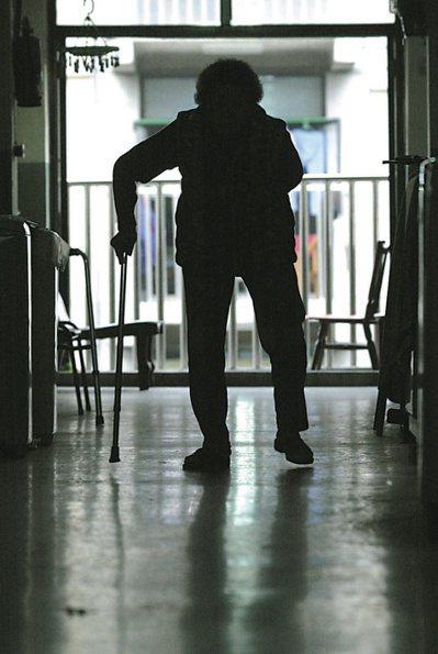 老人遭家暴案件每年通報不到萬件,學者依盛行率推估,認為通報率僅百分之零點三。圖為...
