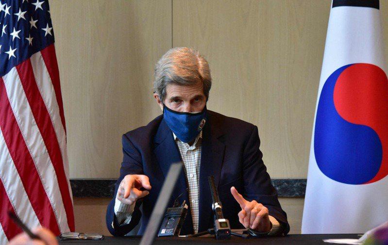 力拚1.5℃ 美國氣候變遷特使柯瑞十八日在首爾開記者會,說明美中氣候危機聯合聲明。(法新社)